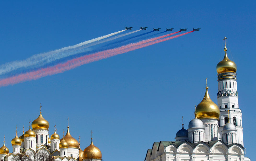 Military jets fly over an Orthodox Christian church during a rehearsal for the Victory Day parade in Moscow, May 7, 2013. Russia marks victory over Nazi Germany in World War Two every year on May 9. REUTERS/Mikhail Voskresensky