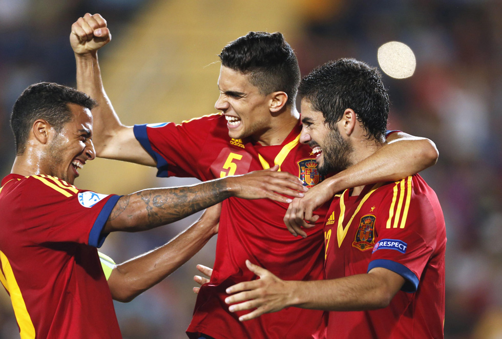 Spain's Thiago Alcantara, left, Marc Bartra, center, and Isco celebrate after a goal against Italy during the European Under-21 Championship final soccer match at Teddy Kollek Stadium in Jerusalem, June 18, 2013. REUTERS/Ronen Zvulun