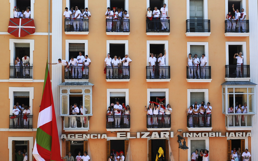 Spectators line the balconys overlooking the Running of the Bulls in Pamplona, Spain, July 6, 2013. The annual San Fermin festival runs until July 14.    REUTERS/Eloy Alonso