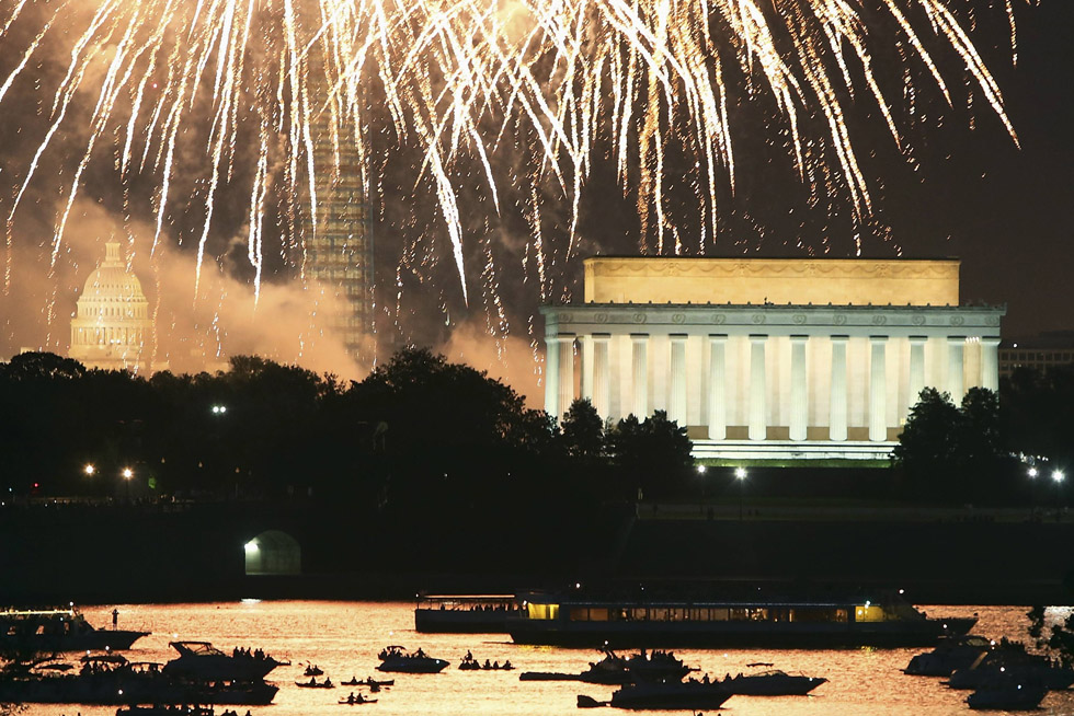 Independence Day fireworks light the sky over the U.S. Capitol, Washington Monument and Lincoln Memorial in Washington, July 4, 2013. The iconic Washington skyline serves as a backdrop for the U.S. national birthday celebration each year. REUTERS/Jonathan Ernst
