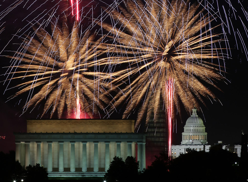 Fireworks light up the sky over the Lincoln Memorial, Washington Monument, and the Capitol building on July 4, 2013. (Photo by Mark Wilson/Getty Images)