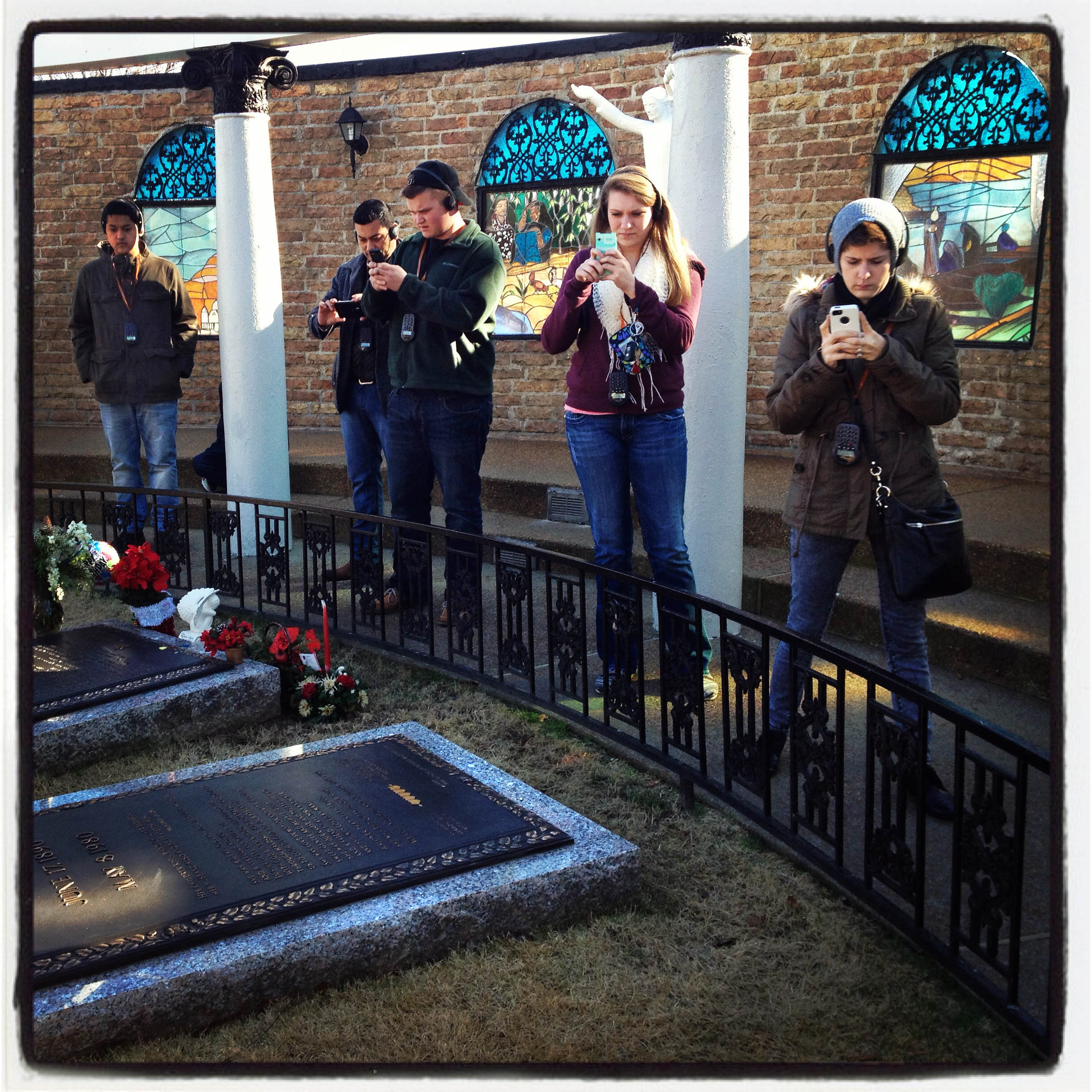 MEMPHIS, TN 01/03/14 Visitors to Graceland take photos of Elvis Presley's gravesite in the Meditation Garden.  CLOE POISSON|cpoisson@courant.com